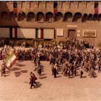La sfilata del 25 aprile 1975 davanti al sacrario