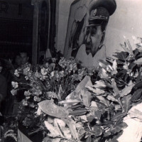 6 marzo 1953. Ingresso della sede della Federazione comunista Riminese in Corso d'Augusto. Immagine, fiori, raccolta firme per la morte di Stalin