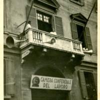Palazzo Carmi presso corso Cairoli, sede del PCI dopo la liberazione. Al balcone parla il sindacalista Mario Caleri, 1946
