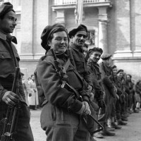 Partigiani 28°Brigata in piazza Garibaldi, 20 febbraio 1945