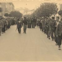 Partigiani a Reggio Emilia nei giorni della Liberazione, sulla sinistra l'angolo di palazzo Allende con via San Pietro martire
