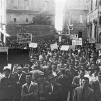 Manifestazione di mezzadri in piazza Codronchi nel 1950