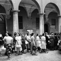 Archivio fotografico UDI Bologna. Scarcerazione delle mondine all'uscita di San Giovanni in Monte, fine anni Quaranta