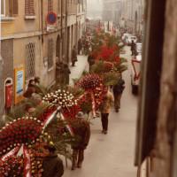 1982, via Toschi. Corteo funebre di Valdo Magnani diretto verso il Municipio di Reggio Emilia. Il corteo era partito da palazzo Masdoni, sede della federazione del PCI, riconoscibile in alto a destra