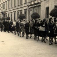 Cittadini sfilano nei giorni della Liberazione di Reggio Emilia (probabilmente 3 maggio 1945) presso palazzo Allende, sede della Prefettura, della Provincia e dell'AMG