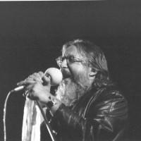 1987, Augusto Daolio e i Nomadi a vent'anni dalla loro prima esibizione alla Festa provinciale, tornano sul palco della manifestazione modenese [ISMO, AFPCMO]