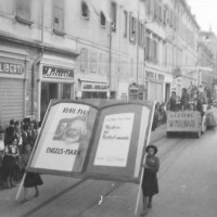Il manifesto del partito comunista sfila in via Emilia, 1946. Sfilata inaugurale della festa de l'Unità [ISMO, AFPCMO]