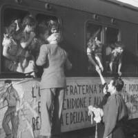 Partenza per il viaggio di ritorno del treno della solidarietà, Modena, 1948 [Fondo Camera del lavoro di Modena, Archivio Fotografico, Archivio Istituto storico di Modena, Modena]