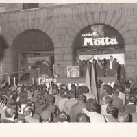 Fondo Fotografico Michele Minisci- manifestazione comunista per la pace in Vietnam, primi anni '70