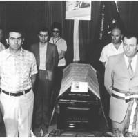 Campogalliano, 5 agosto 1971. Funerali di Ernesto Cattani, con bandiera del PCI della sezione di Campogalliano [ISMO, AFPCMO]
