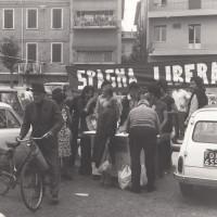 Fondo Fotografico Michele Minisci- raccolta di firme contro il regime franchista davanti alla Federazione del PCI, 1975