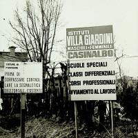 Cartelli all'ingresso di Villa Giardini, che raggruppava diversi istituti per ragazzi, divisi per età, e un istituto per ragazze [ISMO, APCMO]