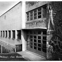 """Cartolina della Casa del popolo """"Rinascita"""", inaugurata nell'agosto 1949. Le donne e gli uomini di San Vito parteciparono come modelli alla realizzazione dell'altorilievo. [ISMO, AFPCMO]"""