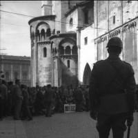 Manifestazione antifascista in opposizione al tentativo di organizzare un raduno dell'Msi a Modena, maggio 1961, presidio in Piazza Grande [ISMO, AFPCMO]