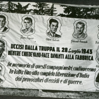 Pannello ricordo degli operai uccisi dall'esercito durante lo sciopero del 28 luglio 1943 esposto ad una festa de l'Unità nei primi anni Cinquanta