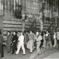 Manifestazione davanti al sacrario della Ghirlandina, 25 luglio 1973, trentesimo anniversario caduta fascismo, fotografia Botti e Pincelli [ISMO, AFPCMO]