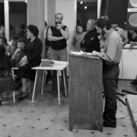 Fine maggio 1980. Ospedaletto. Inaugurazione della Casa del Popolo. Al microfono  il candidato Sindaco alle elezioni dell'8 giugno Sergio Pierini. In piedi a sin., vicino alla colonna, il Segretario dell'ARCI riminese Fabio Bruschi