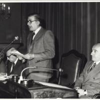 Guido Fanti al microfono, alla sua sinistra Renato Zangheri
