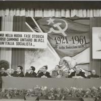 Manifestazione per il quarantesimo anniversario della fondazione del PCI, Modena. Al tavolo degli oratori sono visibili Alfeo Corassori e Bice Ligabue: entrambi parteciparono all'attività del partito fin dai tempi dell'Albergo Commercio. [ISMO, AFPCMO]