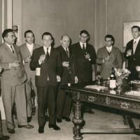 Il sindaco Cesare Campioli, quinto da destra, insieme ad un gruppo di collaboratori e ad Alcide Cervi, primo a destra