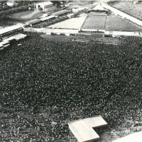 Il pubblico assiste al comizio di Berlinguer, festa dell'unità nazionale, 1977 [ISMO, AFPCMO]