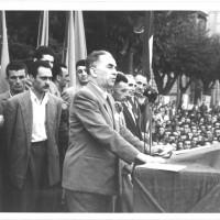 Luigi Longo sul palco allestito in viale Caduti in guerra, alla festa provinciale del 1950. Gli organizzatori stimarono in 150.000 le presenze al comizio conclusivo della quinta edizione, tenuto dal vice segretario del Pci [ISMO, AFPCMO]
