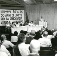 Iniziativa del Circolo Formiggini per il Cinquantesimo anniversario del PCI, 1971. Negli anni Sessanta i contrasti interni sul tema del rapporto tra politica e cultura determinarono l'uscita dal circolo di alcuni membri di orientamento non comunista [ISMO, APCMO]