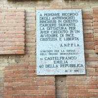 Lapide posta dall'ANPPIA nel 1986 sul Forte Urbano, a ricordo degli antifascisti rinchiusi nel carcere durante il fascismo.  [ISMO, AFPCMO]