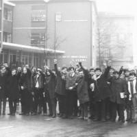 Un gruppo di studenti dell'Istituto provinciale Fermi con il pugno alzato, durante una manifestazione negli anni Sessanta [ISMO, AFPCMO]