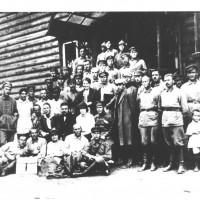 Mosca, 1922. Delegati del PCd'I al IV Congresso dell'Internazionale Comunista, ospiti dell'Armata Rossa. Seduta in prima fila si riconosce Bice Ligabue, segretaria della Federazione comunista modenese. [ISMO, AFPCMO]