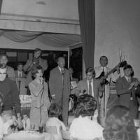 """Anni '60. Viserba. Al Dancing la """"Sirenetta"""" l'Orchestra di Secondo Casadei. Sulla destra in alto un giovanissimo Raoul Casadei"""