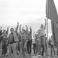 Pugni chiusi alla festa del 1977. Il tema del rapporto tra giovani e politica su uno dei più caldi di quell'edizione, che fu teatro anche di alcune contestazioni ad opera della sinistra extra-parlamentare [ISMO, AFPCMO]