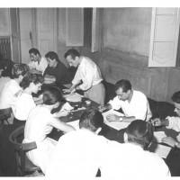 """La preparazione dello spettacolo """"Si svegli il tagliaboschi"""", 1952 [ISMO, AFPCMO]"""
