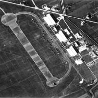 Veduta aera del Campovolo durante il suo utilizzo come aeroporto militare e per il collaudo degli aerei prodotti alle officine Reggiane, 1942 circa
