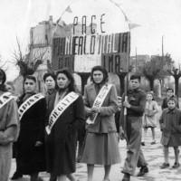 Archivio fotografico UDI Bologna_Sfilata per l'8 marzo a Crevalcore, fine anni Quaranta - primi anni Cinquanta