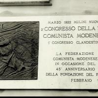 Fotografia del 1966 ritraente la targa appena inaugurata a ricordo del primo congresso clandestino del PCd'I.  [ISMO, AFPCMO]