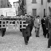 Imola, mercato ortofrutticolo durante una festa de l'Unità. Lavoratori sfilano