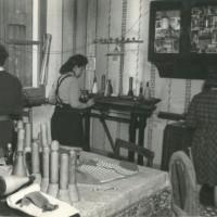 Donne al lavoro in casa, con i macchinari comprati spesso con lunghe rate [ISMO, AFPCMO]
