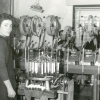 Una lavorante a domicilio, con un grande macchinario in casa [ISMO, AFPCMO]