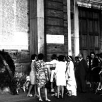 Delegazione di donne vietnamite a Ravenna, visita alla stele dei caduti nella Resistenza, 17 luglio 1968