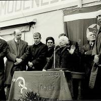 Fotografia dal 45° anniversario della fondazione del Partito Comunista Italiano, presso Mulini Nuovi, il palco degli oratori [ISMO, AFPCMO]