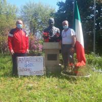 25 aprile 2020. Rimini, Ghetto Turco. Omaggio al monumento a Sandro Pertini in tempo di Covid19. A destra Bertino Astolfi
