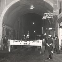Una manifestazione per il Vietnam giunge in piazza Prampolini, presso il Municipio sulla sinistra, dopo aver percorso via Farini, 1967