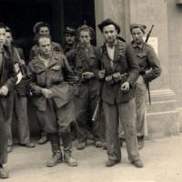 """Primavera/estate 1945: un gruppo di partigiani presso l'ingresso di Palazzo Allende nel periodo in cui era anche sede dell'Allied Military Government; al centro, con una mano in tasca, Didimo Ferrari """"Eros"""""""