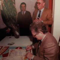"""1 giugno 1984. Inaugurazione della nuova sede ristrutturata della sezione del PCI """"Mario Capelli"""" con l'on. Aldo Tortorella, membro della Segretaria Nazionale del PCI. Dall'alto Giuliano Amati, il Segretario della Sezione """"Capelli"""" Achille Barbanti, Tortorella (che firma le pergamene per i ringraziamenti ai sottoscrittori dei fondi per la ristrutturazione della sede)"""