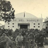 6 marzo 1953. Riccione. La folla radunatasi davanti alla Casa del Popolo all'annuncio della morte di Stalin