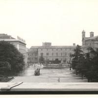 Un momento degli scontri fra forze dell'ordine e dimostranti in piazza della Vittoria il 7 luglio 1960. L'immagine è stata scattata dal balcone del teatro Ariosto. Sullo sfondo si riconoscono il palazzo dei civici musei e, a sinistra, il teatro Romolo Valli